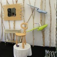 une console en bois dorée, un miroir design, des étagères,une jolie chaise en bois réalisées par Mickaël de Santos