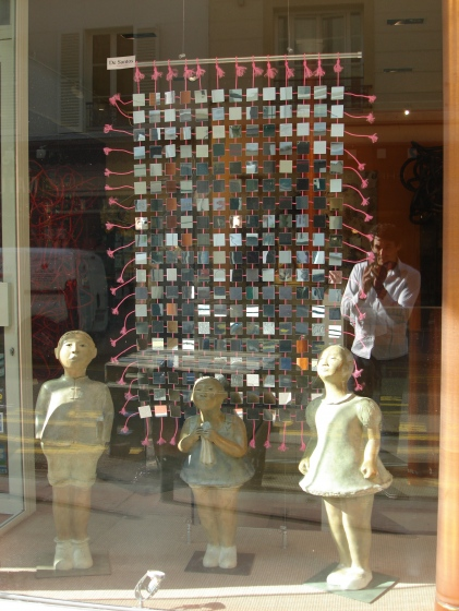 La tapisserie dans la vitrine de la galerie de ARTE VIVA à Levallois-Perret (92)