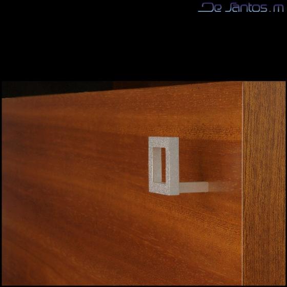 Mobilier d'art à la Française. Les boutons des portes ont été réalisés spécialement pour ce meuble unique.