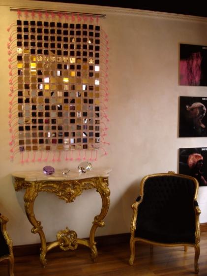 Au dessus de la console  Louis xv, la tapisserie de miroirs nous montre qu'elle s'harmonise parfaitement au style.