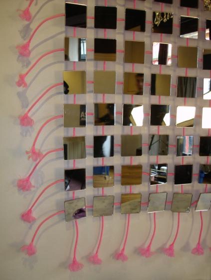 A chaque déplacements, les miroirs nous renvoie perpétuelement des reflets changeants, colorés, scintillants