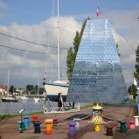 Oeuvre d'art monumentale.Voile de miroirs réalisée pour l'Armada. Echo aux voiliers et aux peintres impressionnistes. Elle est à